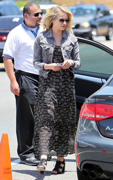 Dianna Agron選擇雜訊感的淺丹寧夾克搭配交錯印花的黑色長洋裝,搭配黑色...