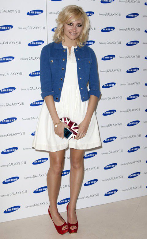 有型又可愛的Pixie Lott以純白小洋裝搭深色丹寧夾克,散發夏日海洋氣息,英...