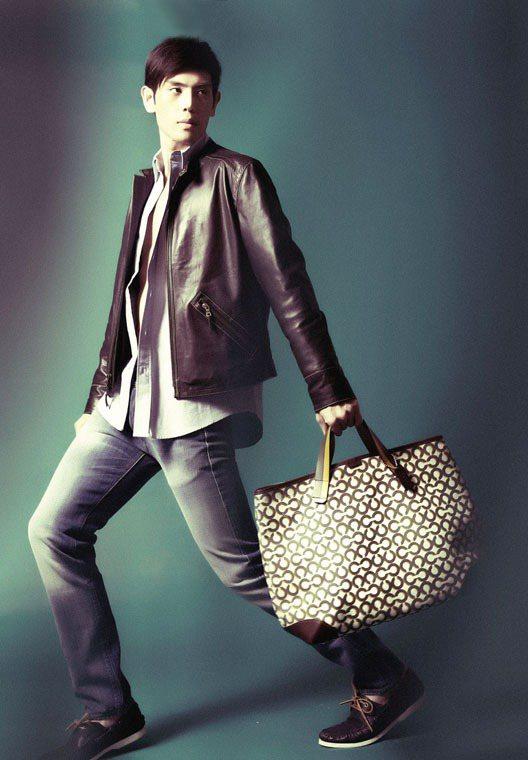亮眼的綠色系OP ART包,大容量適合多用途使用,簡約皮革外套搭配白襯衫呈現早秋...
