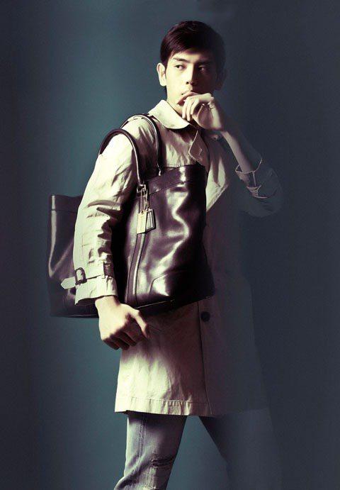 風衣是早秋最適合上班族的造型重點,實用的棒球鞣革托特包可兼具實用與時尚感。圖/T...