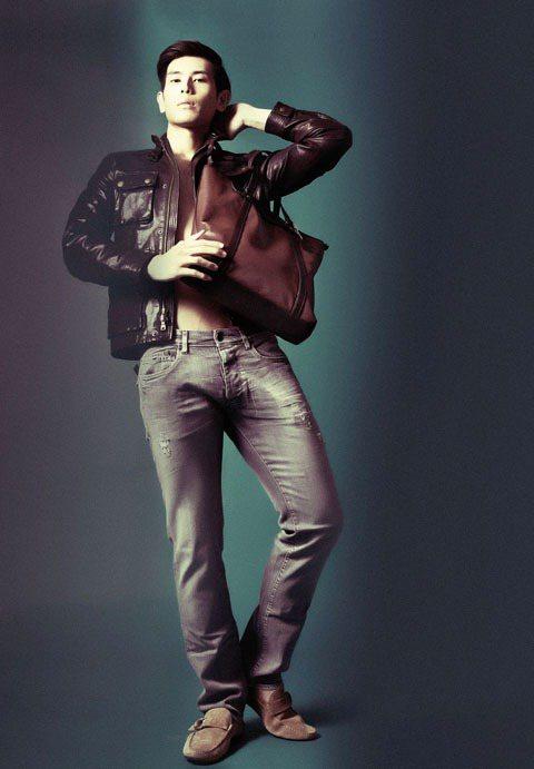 巧克力色騎士外套,搭配皮革托特包與麂皮帆船鞋,以不同層次的皮革與大地色系穿搭展現...