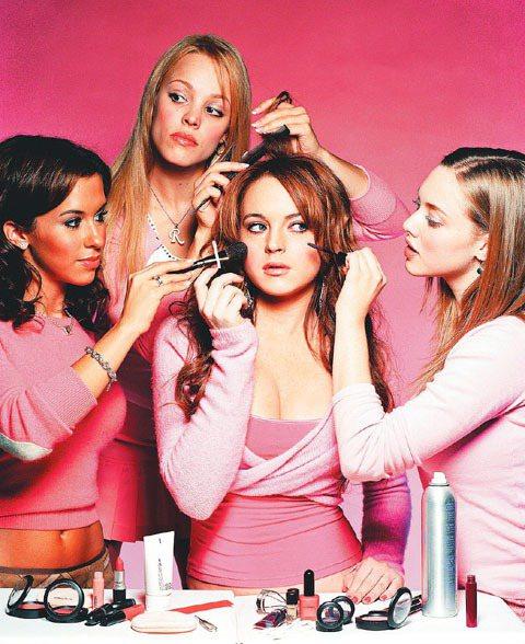 《辣妹過招》中以大量的粉紅系look呈現「Barbie Girl」風格。圖/UI...