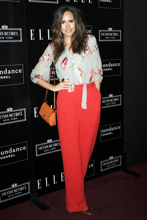 Louise Roe橘紅色的寬版褲搭隨意綁一個結的印花襯衫,透膚的上衣透著性感意...