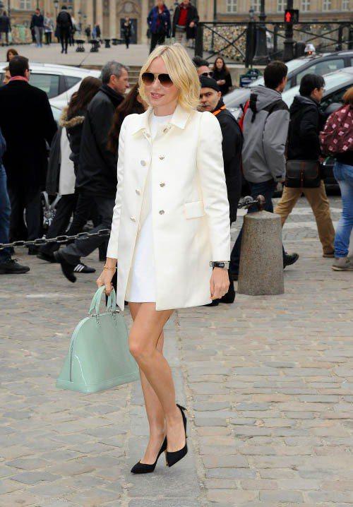娜歐蜜華茲的白色風衣搭白洋裝、黑色高跟鞋,簡潔俐落的線條更能完美呈現她的美麗臉龐...