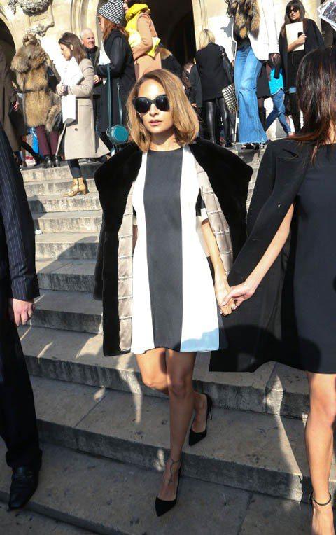 剪了短髮的妮可里奇,黑白相間的傘狀小洋裝優雅俏麗,不忘披上外套增加時尚氣勢。圖/...