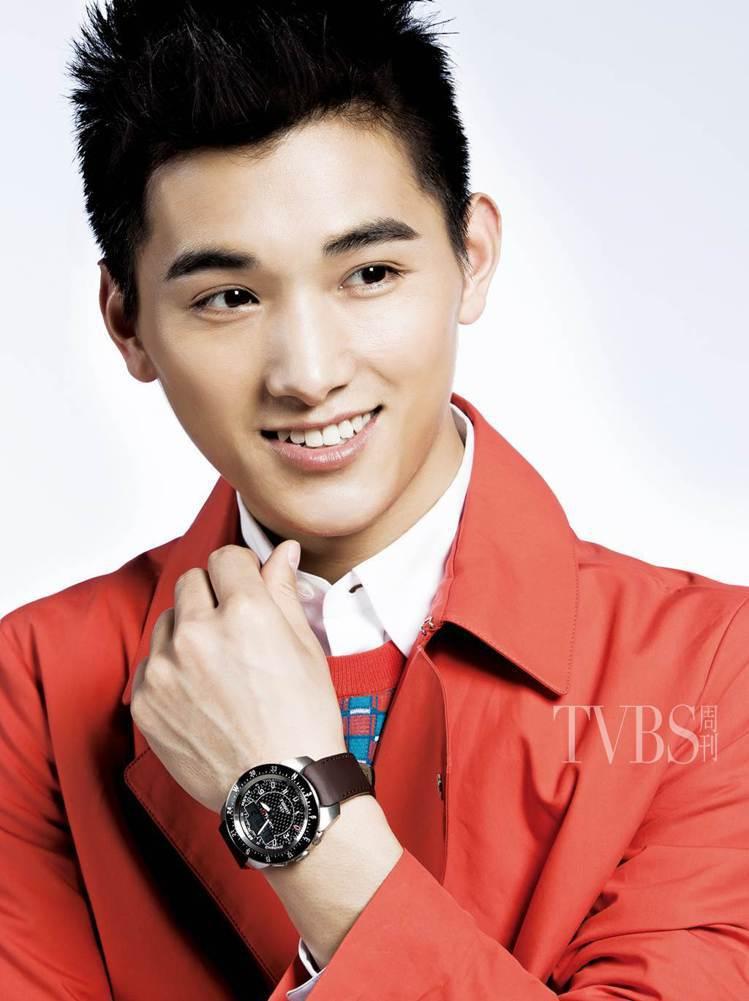 紅色外套/8萬5,900元、白色襯衫/1萬1,200元、藍色&橘紅色幾何針織衫/...