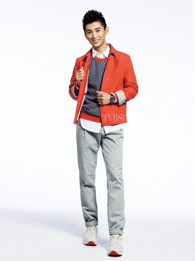 王文杰行頭:具有繪畫效果的寬鬆印花襯衫、搭配棉質提花領帶與錐形剪裁的長褲,鞋款採...