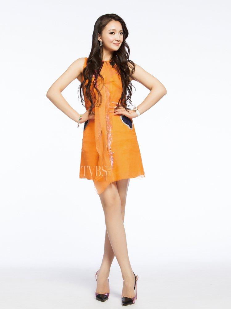 鮮明的甜橙橘色,將富有活潑的搖滾風格亮片融入烏干紗洋裝中,譜出年輕的活力。圖/T...