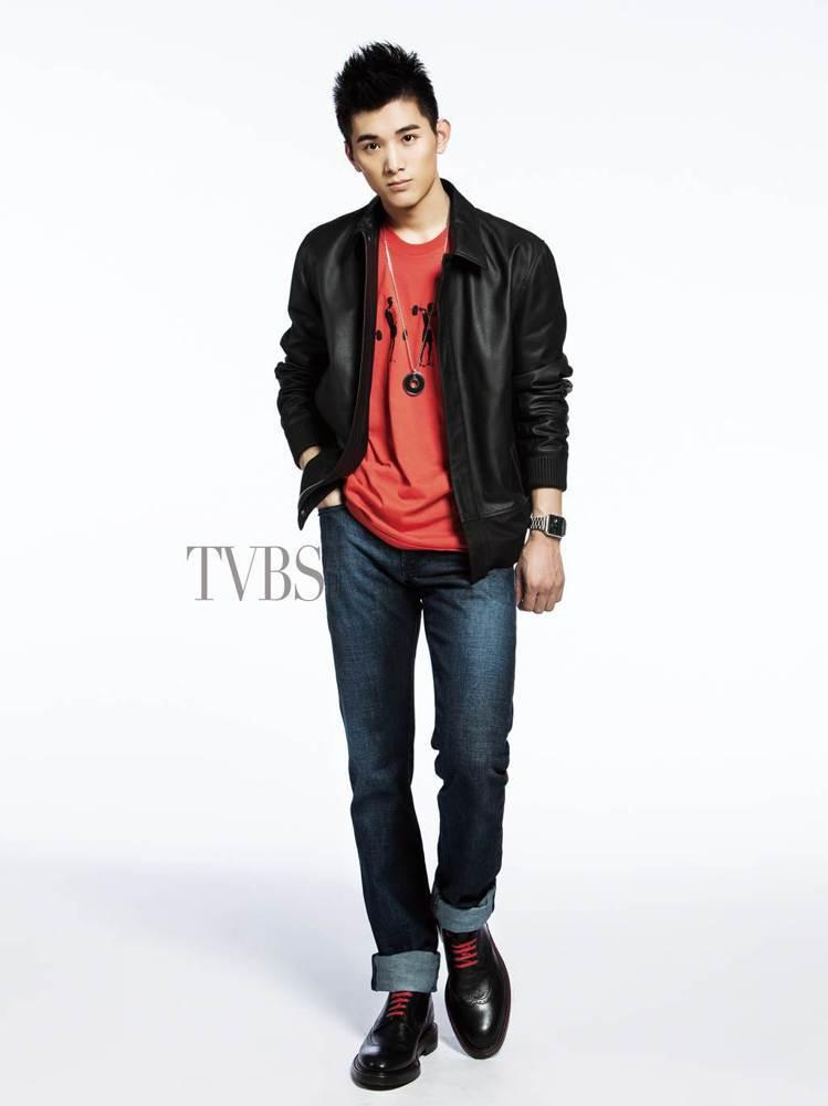 富有搖滾風格的頂級皮革外套,搭配鮮豔的紅色T恤,在經典百搭的深色丹寧褲下,展現現...