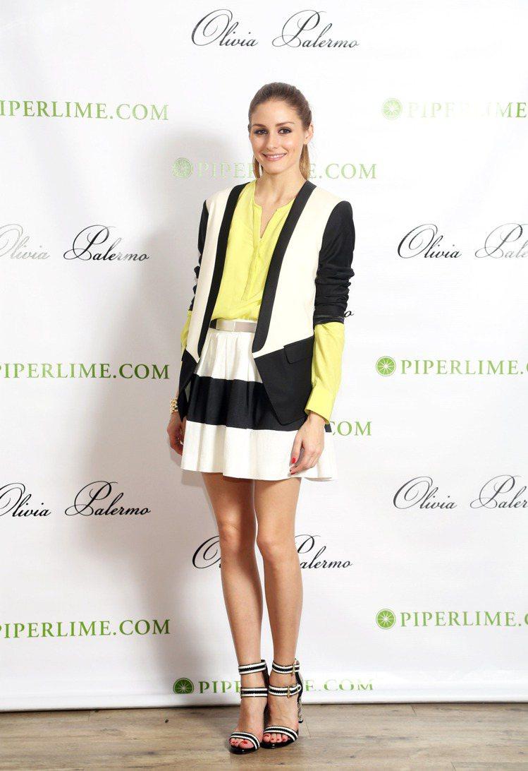 條紋短裙搭螢光黃上衣配銀色腰帶穿出前衛質感,緞帶風格的 Pour La Vict...