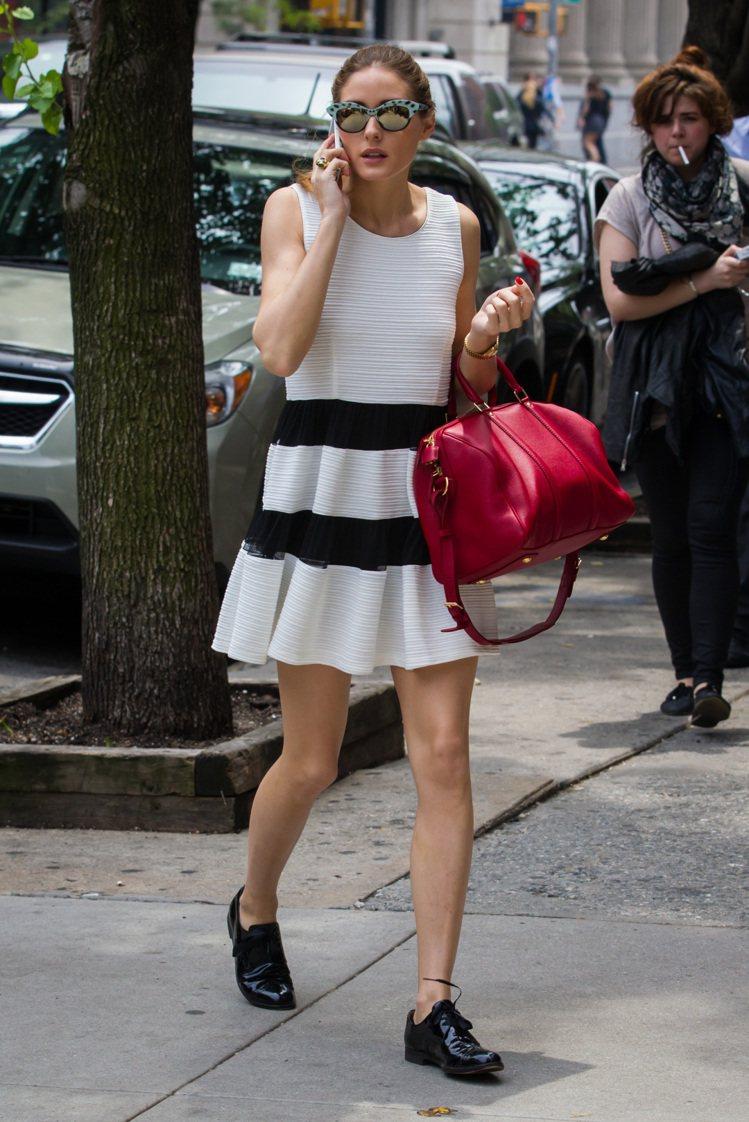 換上白底黑條紋的洋裝搭配中性風皮革鞋款,有種個性強烈調皮的女孩氣息。圖/達志影像