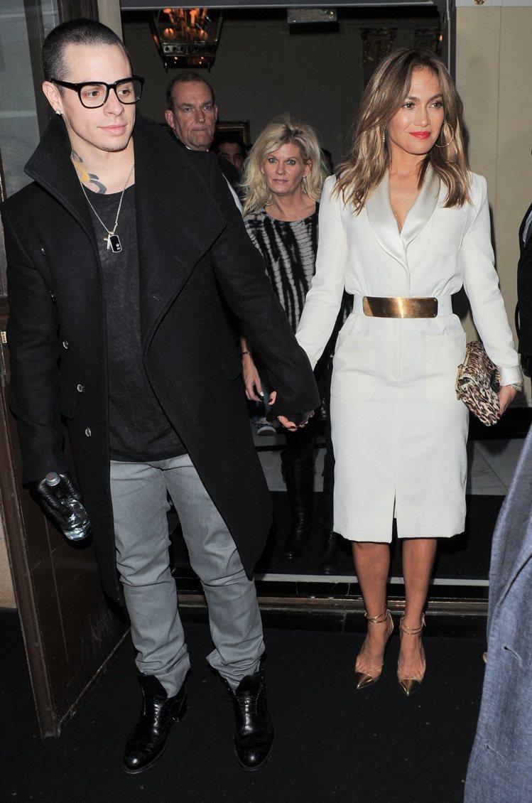 珍妮佛洛佩茲白色緞面洋裝套裝,以金色腰帶、金色拼接PVC材質的紅底鞋搭出貴氣。圖...