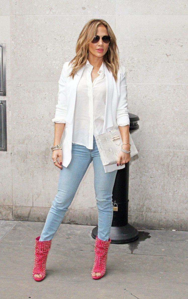 珍妮佛洛佩茲白色西裝內搭軟布料的襯衫再配淺色牛仔褲,讓嚴肅感稍微降低一點。莓紅色...
