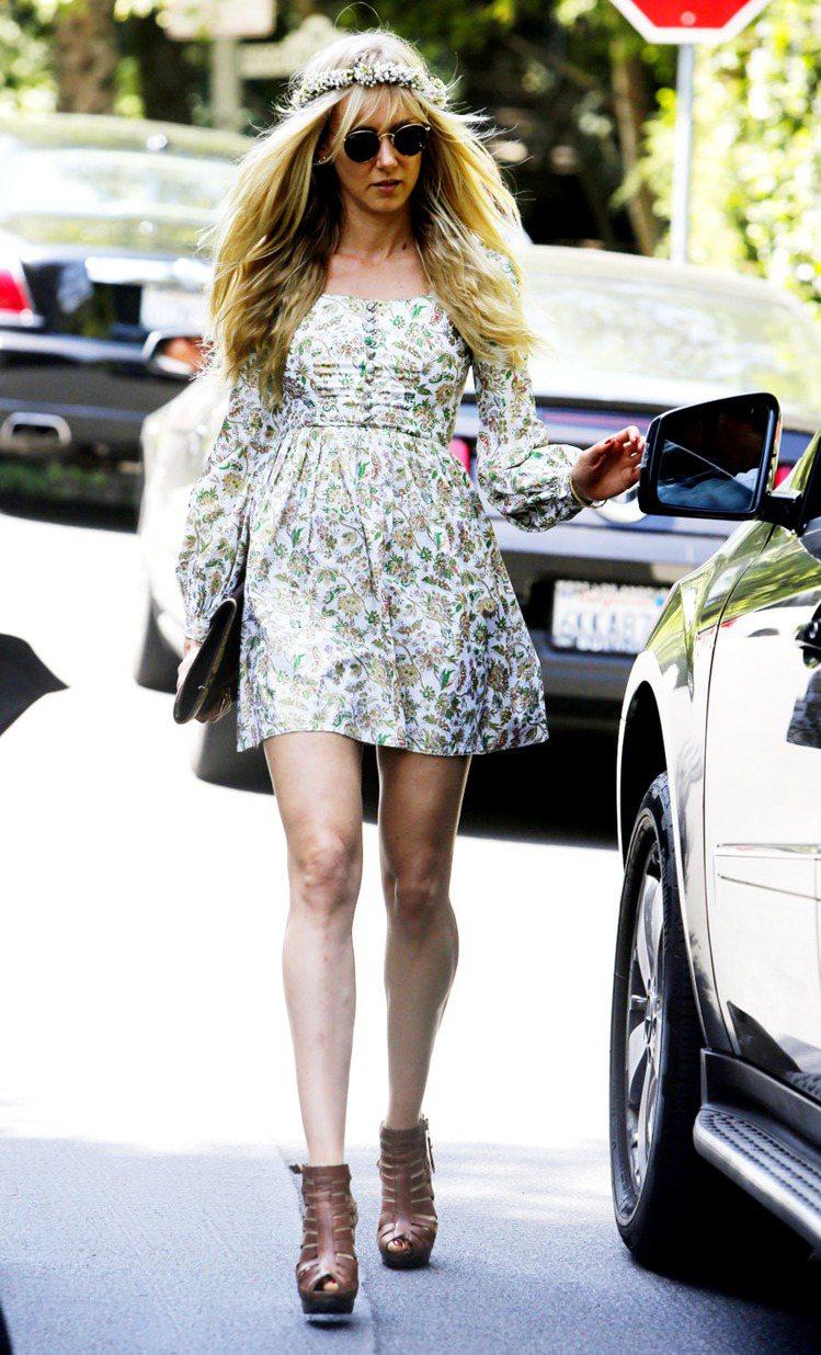 女星金柏莉史都華才一身長袖淺色印花洋裝搭配花圈髮帶,腳踩皮革原色的靴款十足鄉村風...