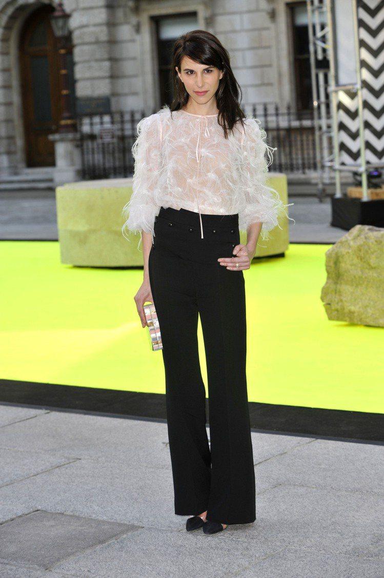 造型師 Caroline Sieber 以羽毛裝飾上衣搭高腰寬版褲,別緻的華麗風...