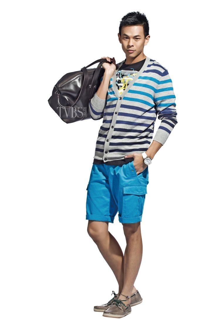 2. 灰底藍色彩條外套,個性中又能表現活潑感,加上照片塗鴉T恤及藍色短褲,搭配草...