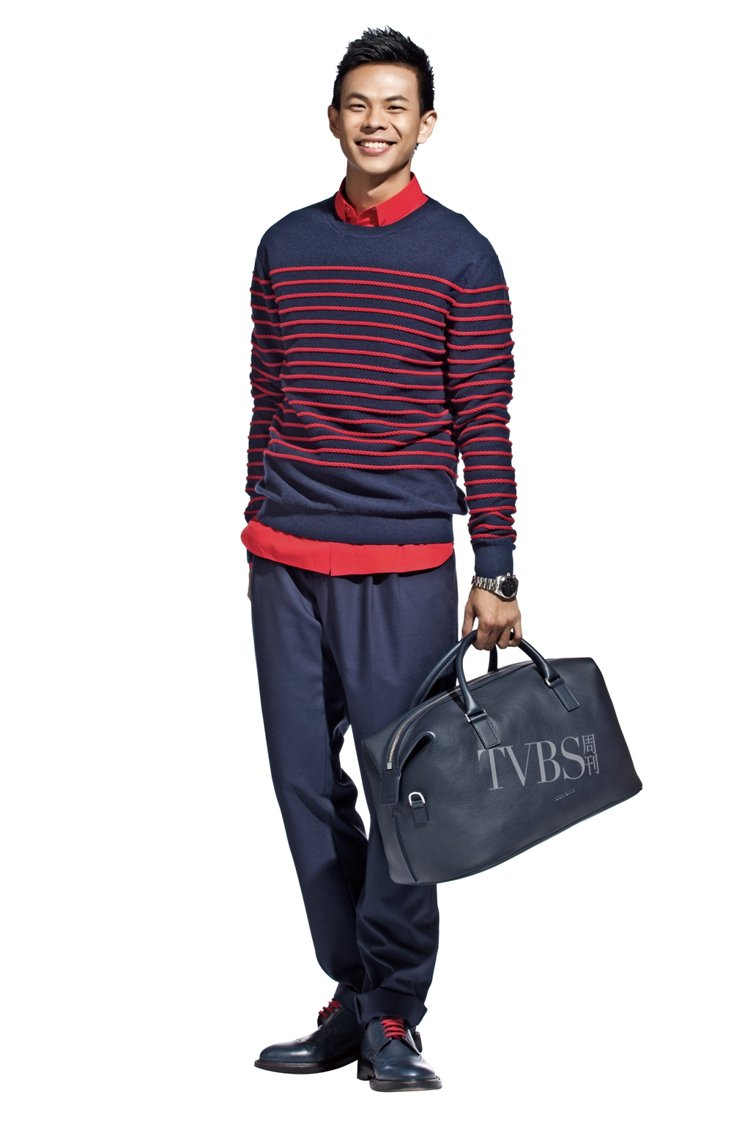 海軍藍搭配紅色條紋針織衫,帶上一只旅行袋完美展現含蓄內斂的旅行者風情!圖/TVB...
