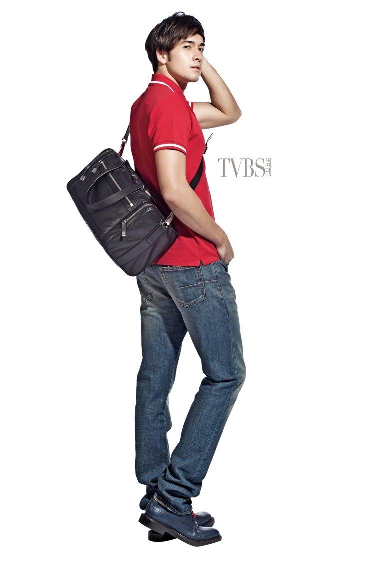 紅色POLO衫搭配深色丹寧褲,再揹上獨具旅行情調的黑色旅行袋,展現輕鬆的男士風貌...