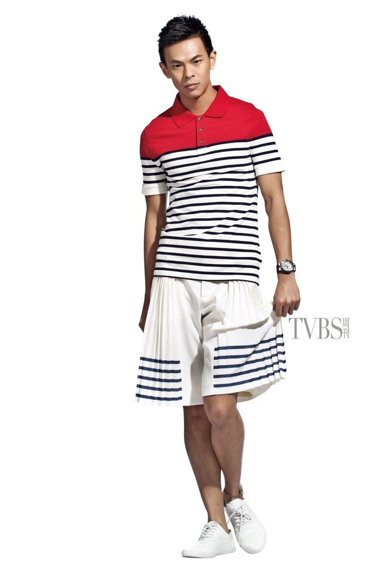 橫條紋上衣搭配海軍釦飾印花蘇格蘭裙,呈現時尚旅行風。圖/TVBS周刊