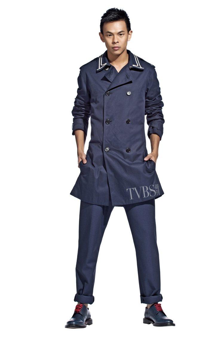1. 海軍藍的雙排釦風衣外套,領口的亞麻設計透過俐落的剪裁,完美地打造出休閒風範...