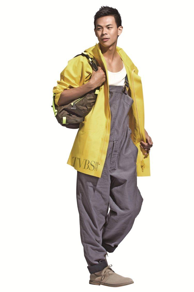 2. 明亮的色調重新演繹經典航海軍裝,防水連帽夾克搭配休閒吊帶連身褲,打造橫跨太...