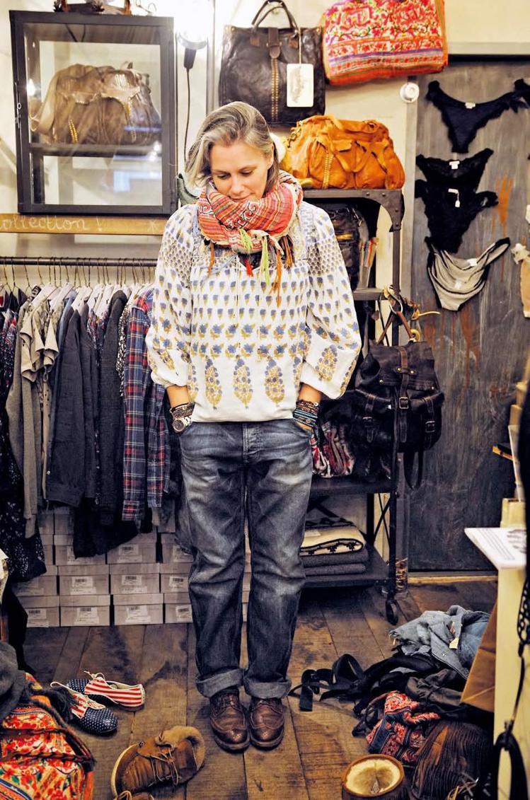 如果你收藏了很多絲巾款式,可以試試不同的穿搭風格:繫在脖子上當領巾搭配龐克造型、...