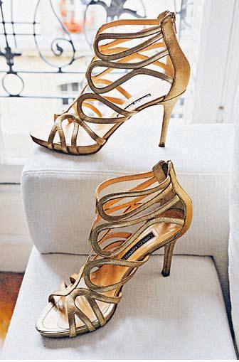 Charles Kammer的高跟涼鞋。圖/積木文化