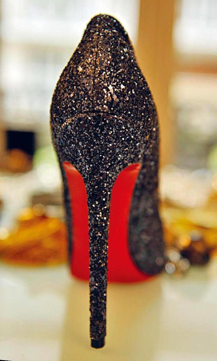 Louboutin的亮粉高跟鞋。圖/積木文化