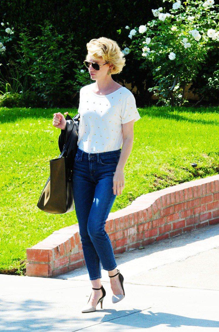 挑選稍微有點設計感的T恤搭配高腰牛仔褲可以減少過於休閒的感覺,再加上一雙女人味十...