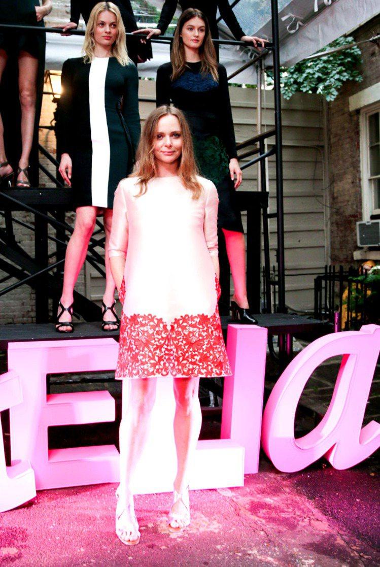 Stella Mccartney 日前在紐約辦新品展示活動,穿上自家品牌洋裝的她...