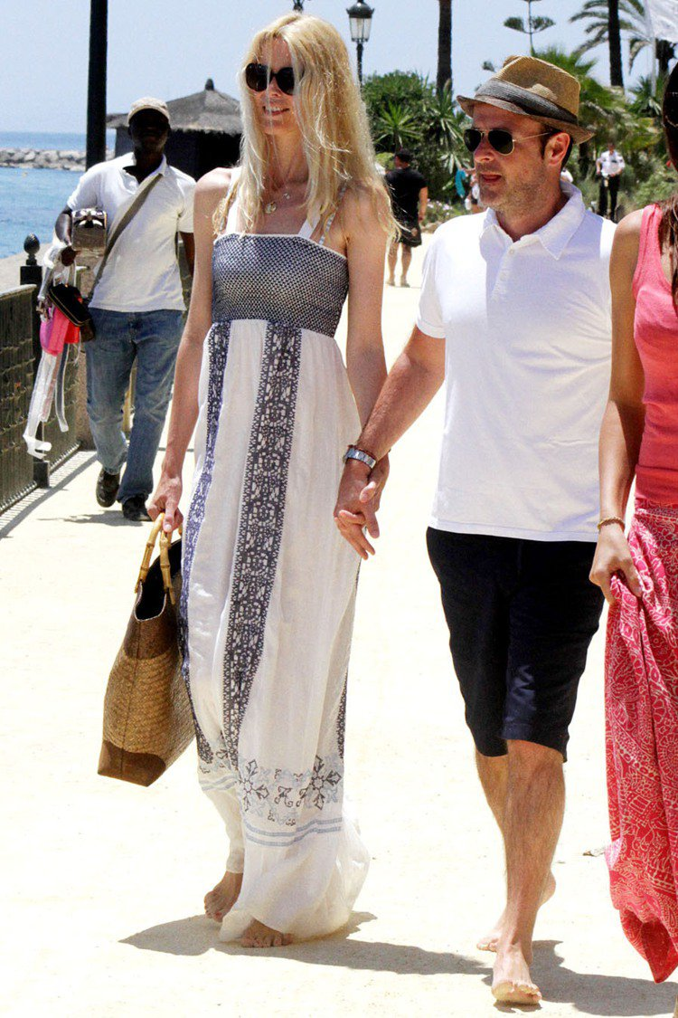 克勞蒂亞雪佛換上長洋裝和家人到海邊玩耍。民族風洋裝與籐編包是絕配,白藍色系與她的...
