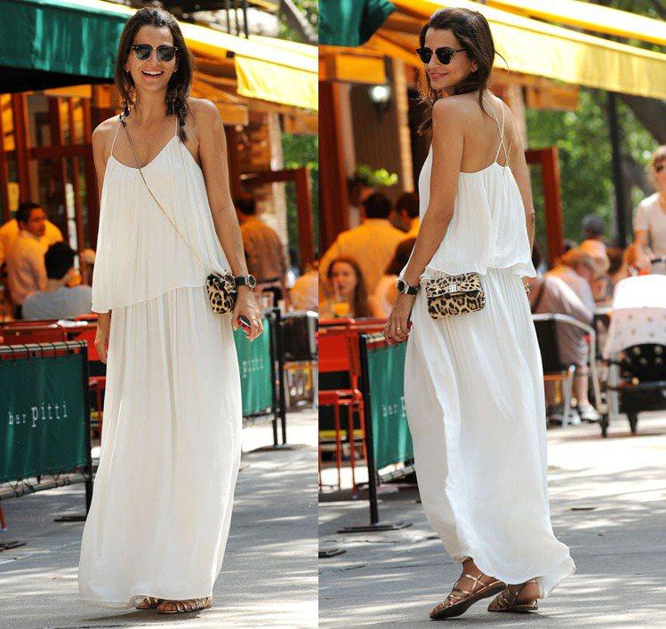 巴西名模 Fernanda Motta 一身希臘女神般的白色洋裝,搭配豹紋肩背小...