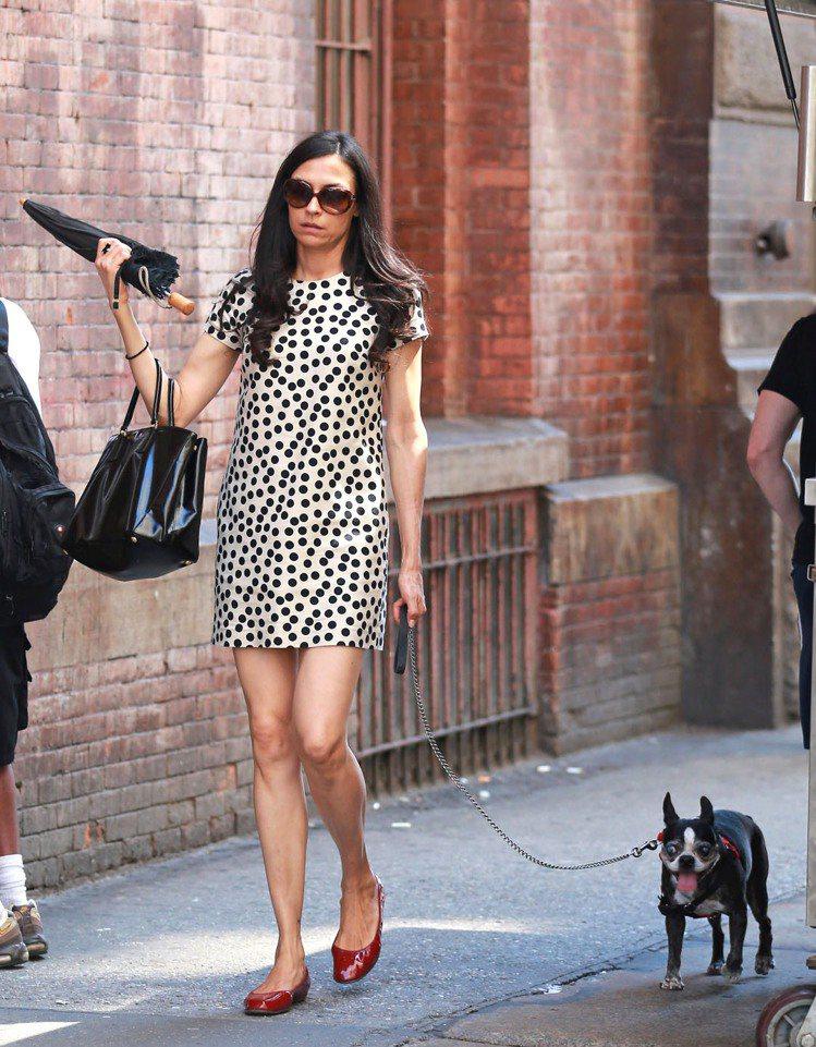 女星芬姬詹森穿上白底黑圓點「大麥町風格」洋裝,搭配酒紅色芭蕾舞鞋打造成熟優雅的淑...