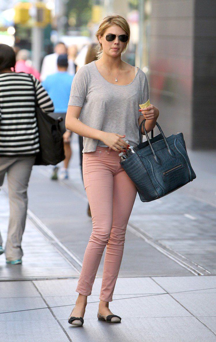 泳裝名模 Kate Upton 一身率性休閒的灰色棉T配粉紅窄管褲,搭配粗緞帶蝴...