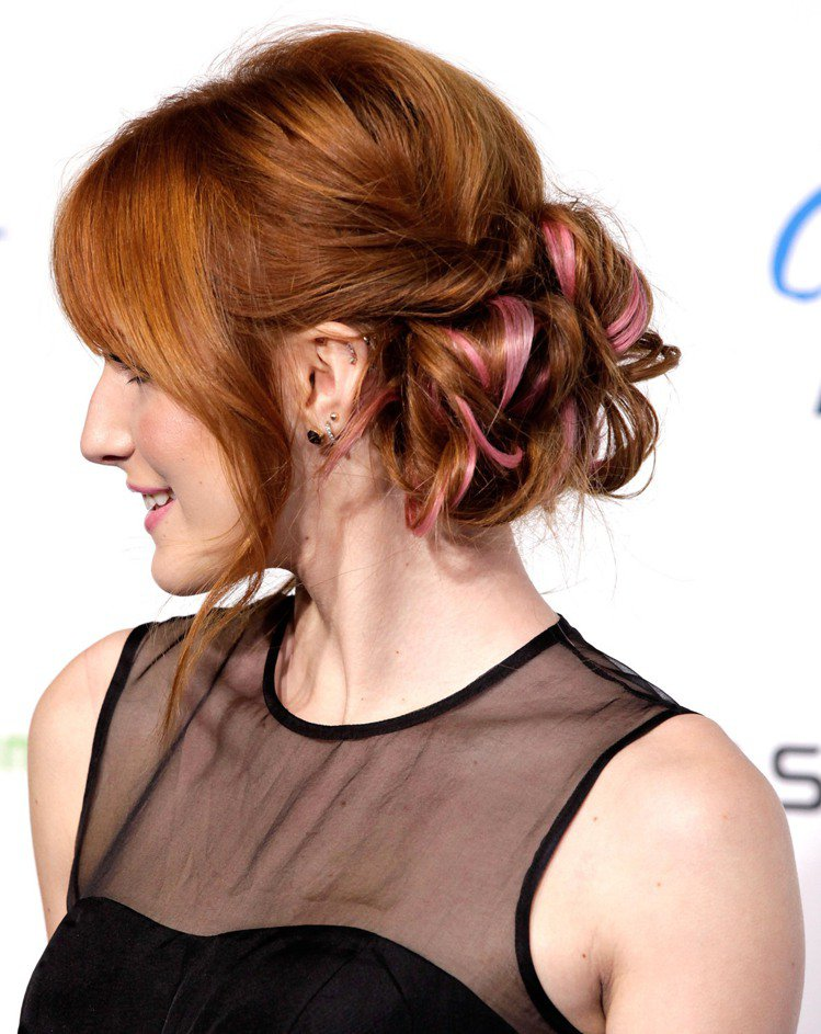 Bella Thorne 的辮子頭變化多端,除了側編辮之外,她也很常做盤髮的辮自...