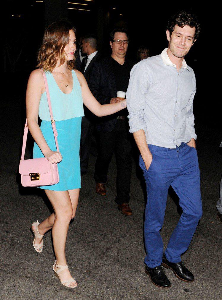 萊頓明絲特一身粉綠色系造型搭配粉紅小方包和男友一同現身,濃濃的夏日氣息點綴熱戀中...