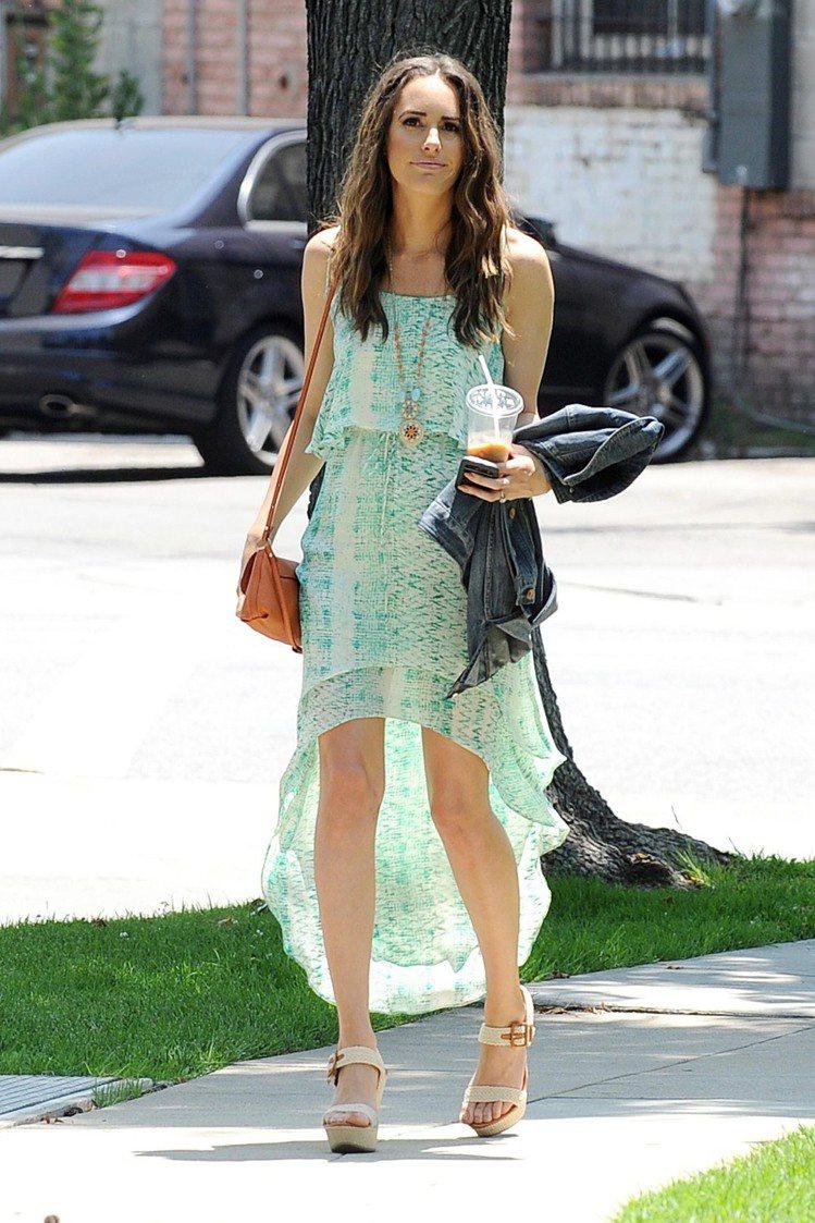 Louise Roe 的嫩綠色雪紡洋裝造型飄逸涼爽,前短後長的線條剛好可以秀出美...