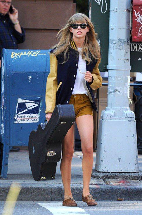 女生穿上棒球外套特別能展現出調皮個性風,圖為泰勒絲。圖/達志影像