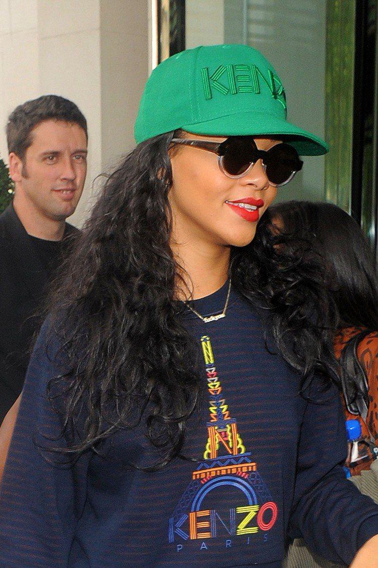 蕾哈娜戴綠色KENZO帽。圖/達志影像