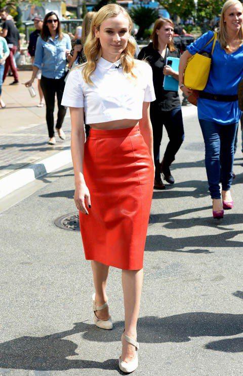黛安克魯格身穿短版露腰白襯衫,搭配紅色皮革高腰長窄裙,相當摩登時髦。圖/達志影像