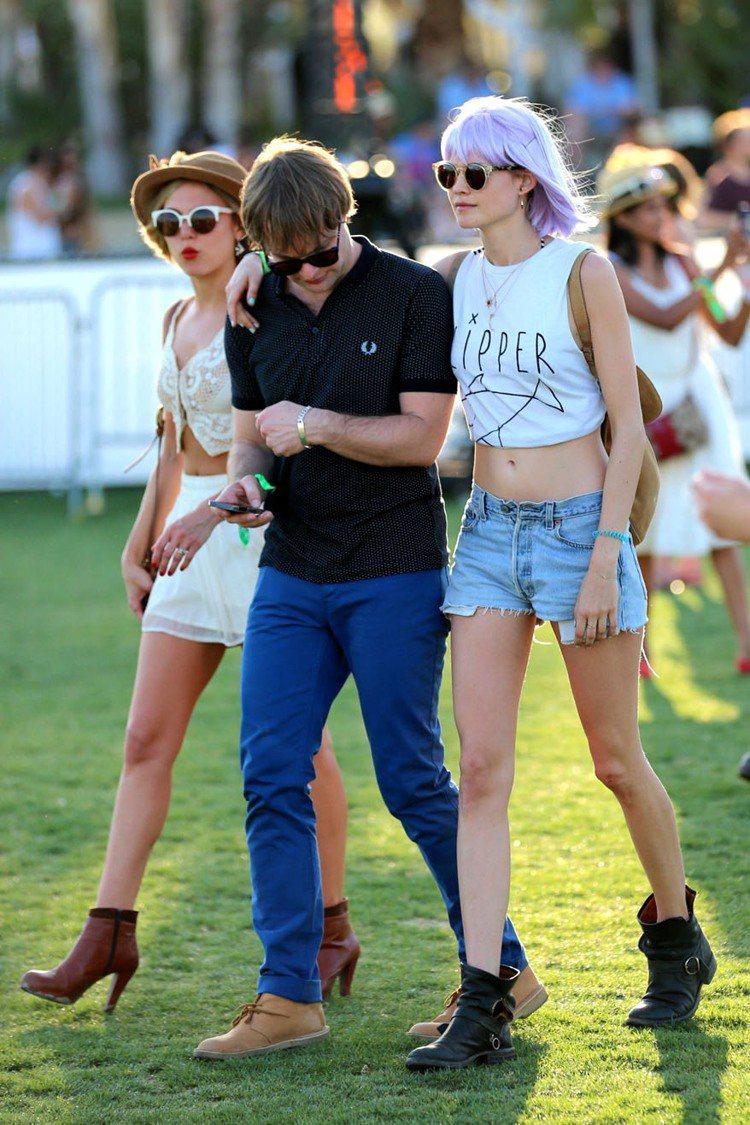 超模Behati Prinsloo(右)短版T恤配牛仔款短褲大秀美腿之餘還送上小...