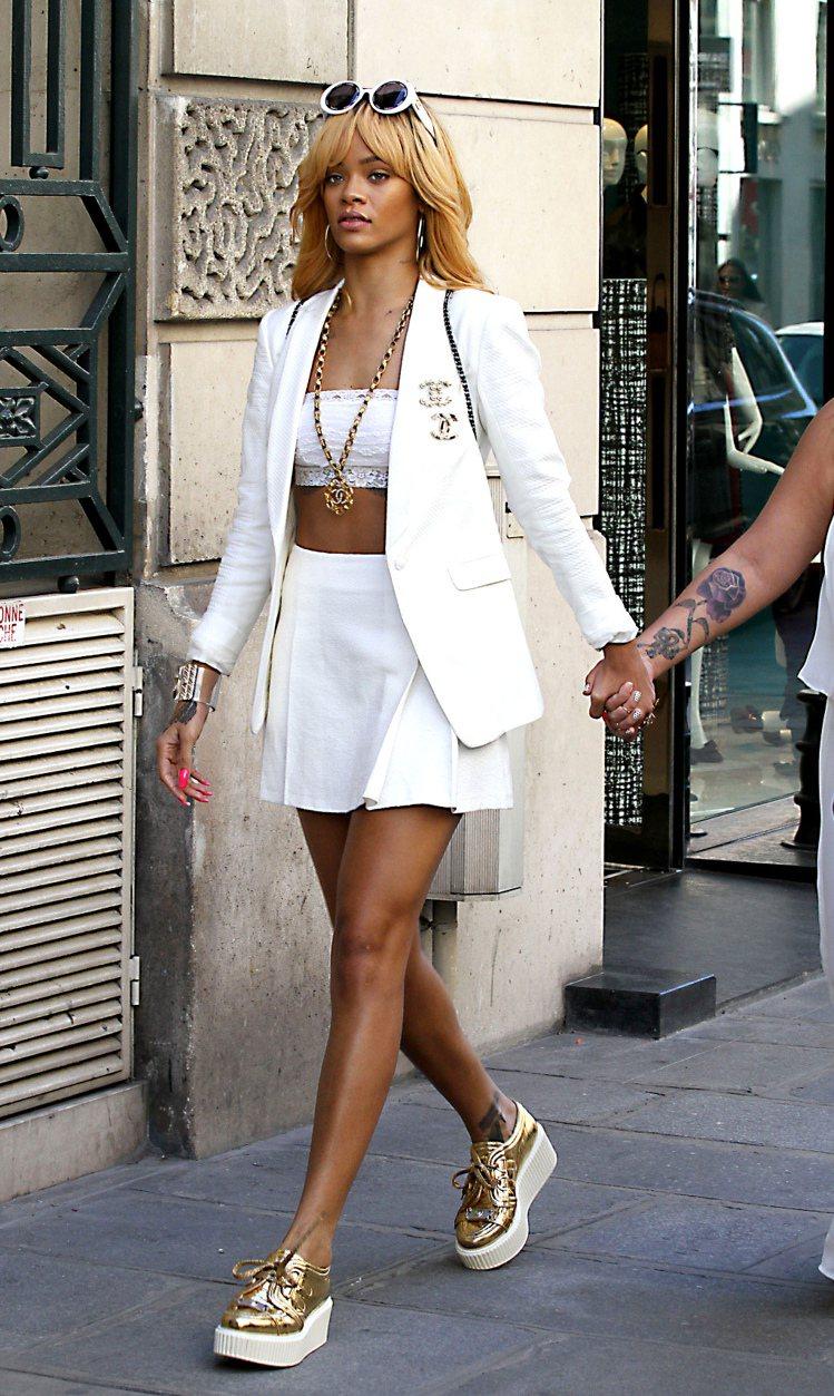 蕾哈娜的露腰裝霸氣時尚,造型完整度超高。圖/達志影像