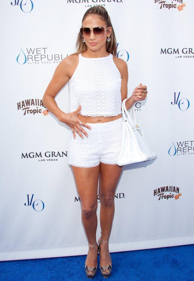 「翹臀珍」珍妮佛洛佩茲也穿露腰裝。圖/達志影像