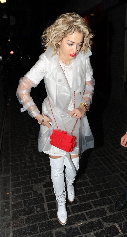 Rita Ora的透明外套完全就是九○年代經典代表款式。圖/達志影像
