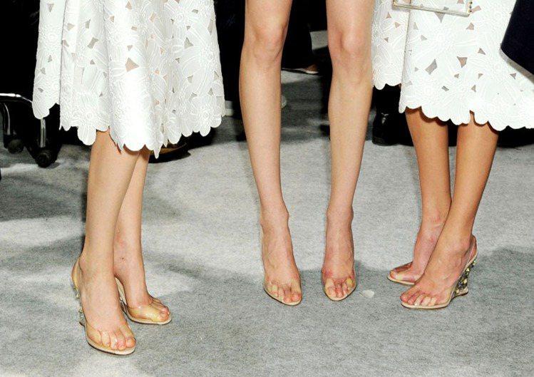 VALENTINO 透明繫帶鞋讓人看起來好像沒穿鞋一樣有趣。圖/達志影像