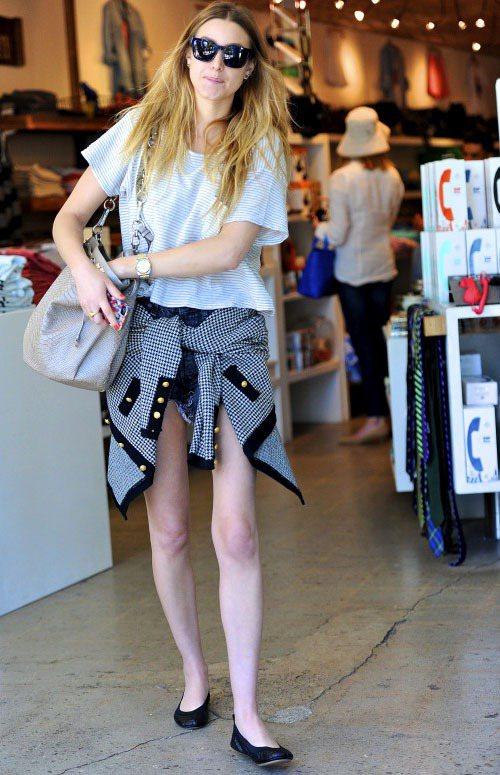 惠妮波頓以金屬扣裝飾格紋外套綁在短褲上,搭配皮革娃娃鞋,隨便一件棉T加短褲也可以...