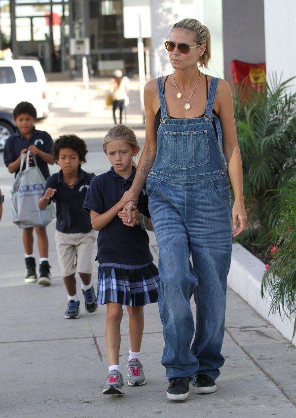 海蒂克隆穿牛仔吊帶褲看起來變得更年輕。圖/擷取自denimblog.com