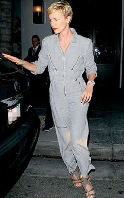 莎莉賽隆的灰色工作服有拉鍊裝飾個性風。圖/擷取自graziadaily.co.u...