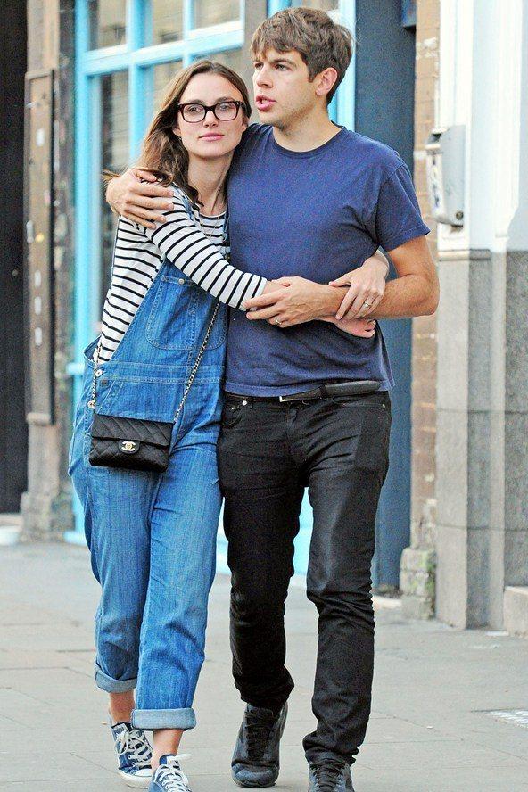 綺拉奈特莉穿著吊帶褲配條紋上衣,一派輕鬆和老公上街。圖/達志影像