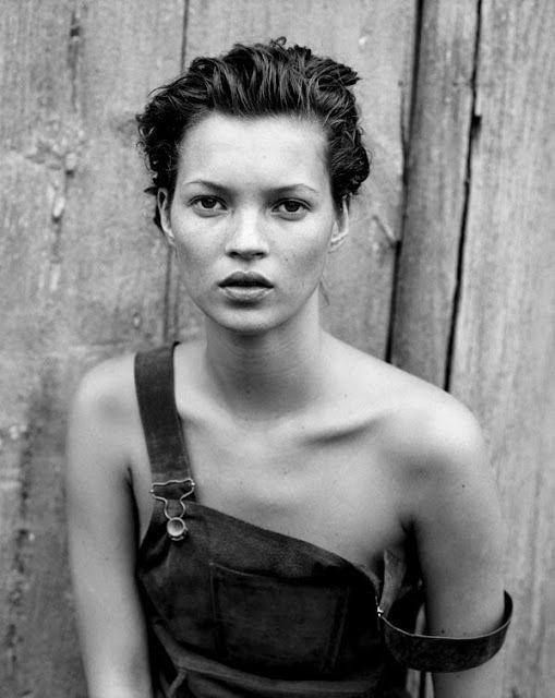 凱特摩絲1994年拍攝的一組黑白照,性感地展示單肩牛仔吊帶褲。圖/擷取自wehe...